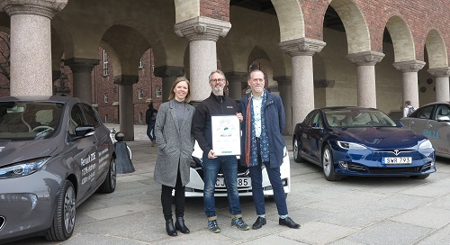 Caption: Patrik Loberg from Nissan Sweden receives the diploma from Johanna Grant (Grona Bilister/Green Car Owners' Association), and Daniel Helldén from Stockholm citizens advisory board on traffic. Photographer: Martin Prieto Beaulieu.